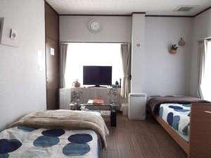 コテージ・凜:寝心地の良いシングルベッドを2台設置しました。ゆっくりとお休みください。