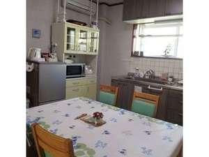 コテージ・凜:明るいキッチンで糸島の美味しい食材を調理してください。