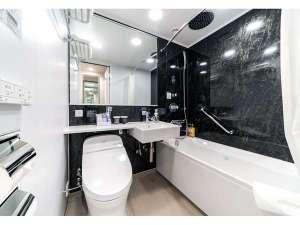 【ツインルーム】バスルームはユニットバスタイプです(全室レインシャワー付き)