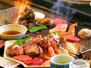 山陽ホテル:囲炉裏で焼く当館自慢の炭火焼き料理。厳選食材をじっくり焼いてお召し上がりいただける人気メニューです!