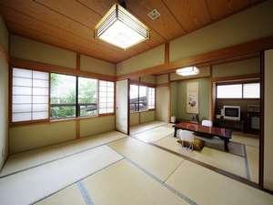 苫田温泉 いやしの宿 泉水:離れ客室「夕凪」。窓の外には豊かな自然の眺望