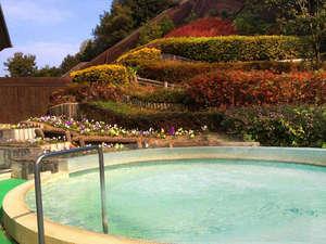 淡路島天然温泉 東浦サンパーク 花の湯:花に囲まれた露天風呂。天然温泉で疲れた体に自然の恵みを