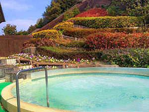 淡路島天然温泉東浦サンパーク:花に囲まれた露天風呂。温泉と豊かな自然で心身共にリフレッシュ!