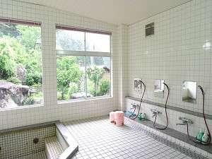 京都府和知青少年山の家:緑の木々を眺めながらゆったりできる大浴場