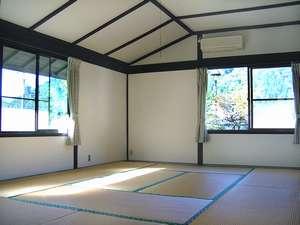 京都府和知青少年山の家:和室10+10畳の一つ、日当たりが良く近く遠くの山並みが美しい。
