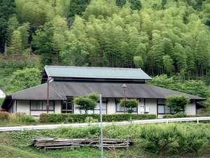 京都府和知青少年山の家:横から見た山の家全景です。
