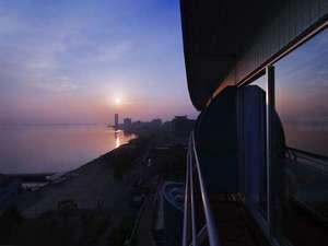 琵琶湖ホテル:バルコニーから臨む朝日と朝焼けに染まる湖面。