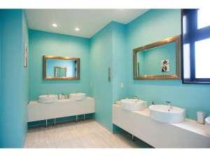 ARKHostel&CafeDining アークホステル:【清潔第一の洗面スペース】大きめの鏡や、ヘアドライヤー、など快適に過ごせるアイテムが揃います!