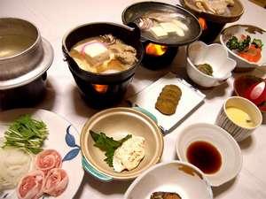 強首温泉 こわくびホテル :*お夕食一例。地元の味覚満載の、自慢の郷土料理を召し上がれ♪