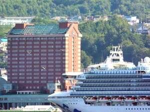 グランドパーク小樽:夏には大型客船が小樽港に停泊することも!