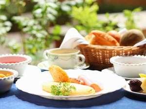 ドーミー倶楽部軽井沢:ふわっとろオムレツと熱々のパンが好評♪バイキングは各種ジュース、シリアル、フルーツ、ゼリーなど多彩