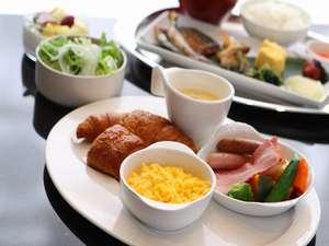 ホテルトラスティ東京ベイサイド:【朝食】焼きたてのパンと60種類の豊富なメニューがおすすめのブッフェスタイル。