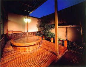 湯和み 別館 石和常磐ホテル:趣きのある男性露天風呂。とろみのある泉質は日頃の疲れを癒してくれます。