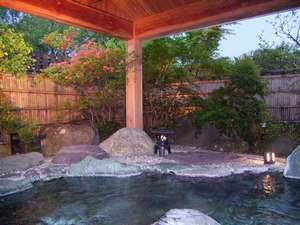 夕暮れ時の露天風呂 目にも鮮やかなもみじの緑とピンクのつつじのコントラストがとってもロマンチック