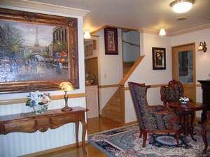 館内の至るところに油絵やゴブラン織りの額・ランプなどが飾ってあり、さながらインテリアショップ