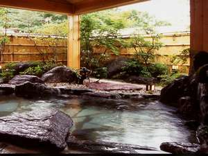 ペンシオーネ サライ:春は花 夏の夜空に 五色のもみじ 冬はやっぱり雪見風呂温泉にどっぷり浸かって 更癒 の湯
