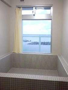 池間の宿「凸凹家」:特大バスのお風呂
