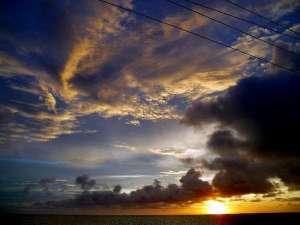 池間の宿「凸凹家」:東シナ海に沈む夕陽