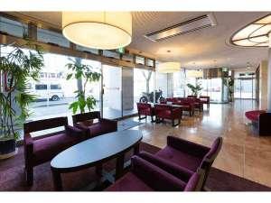 高知ホテル:清潔感のある1階フロントロビー♪ゆったりと寛げる様、特注ソファにてお待ち合わせや商談にご利用下さい^^