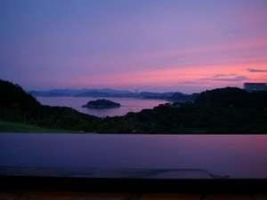 休暇村 南淡路:露天風呂からの鳴門海峡の夕暮れ