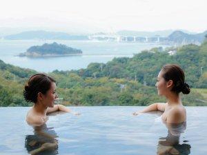 休暇村 南淡路:露天風呂では鳴門海峡を見晴らす眺望が自慢。