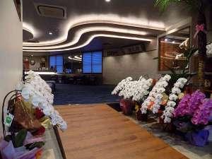 リニューアルに頂いた胡蝶蘭でエントランスへの花道が出来あがりました