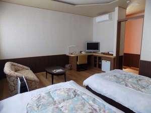 ツインルームのソファーやカウンターテーブル