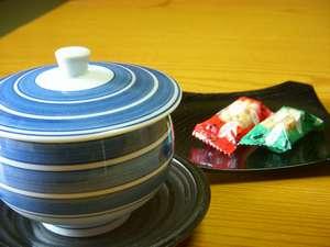 客室に着けば、ちょっとひと息。お茶菓子に歓迎の思いを込めて『おこし』やす~ぅ!!