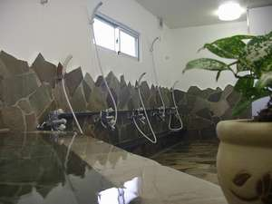 プチホテル アートボックス:男女別大浴場。石垣島の素泊まりドミトリーでは数少ない湯船のあるお風呂です。
