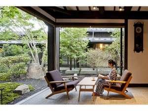 水車の宿 山木館:見事な庭園を眺めながらくつろげるラウンジ山法師