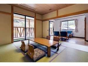 かくれ里の宿 森の交流館:和室10畳に洋間の付いた明るい和洋室。2階川側のお部屋