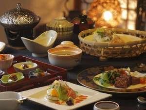 朝夕個室料亭で<森の晩餐>をいただく美食宿 時音の宿湯主一條:個室料亭でいただく「森の晩餐」。季節の食材はもちろん、料理長渾身の作品が並びます。