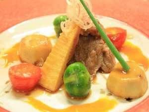 元湯 山田屋旅館:『常陸牛のすき焼き風   季節の野菜とともに...』老舗料理旅館などで研鑽を積んだ料理長渾身の一皿。