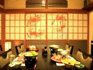 元湯 山田屋旅館:畳にテーブル・椅子の和モダンなお食事処。落ち着いた空間にて、お食事をお愉しみくださいませ。