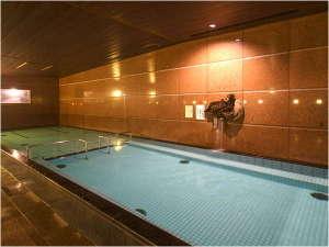 【浴槽】 深い場所と浅い場所に分かれており、浅い場所にはジャグジーがついております