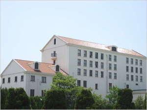 【ホテル外観】 ホテル北側の外観(オレンジの屋根が特徴)