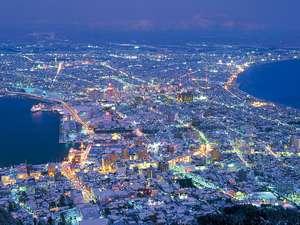 【函館山夜景】山頂からの雪景色】雪の白さが幻想的な景色をさらに掻き立てます♪
