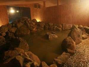 モンゴリアビレッジ テンゲル:自家源泉の天然温泉は体の底からポカポカと温まります。大自然を思わせる岩風呂で癒される♪