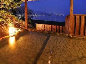離れ杜の湯 海いろ別邸:海音の森の貸切風呂からは夜には熱海の夜景もご覧いただけます!