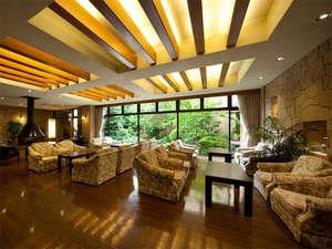 ホテル 琵琶レイクオーツカ:暖かい光が灯るロビーからは庭園も臨めます。