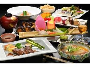 渚亭たろう庵:地元の旬の食材を使用した夕食。一品一品出来立てでお出し致します。
