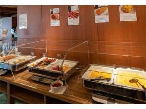 朝食会場では席数を少なくしお客様同士の間隔をあけての営業を行っております。