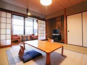 阿蘇内牧温泉 大観荘:*【お部屋】バス・トイレ付きで広めの和室に大きなテレビがございます