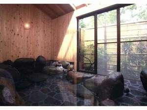 城ケ崎川上ペンション:檜で囲まれた伊豆石の岩風呂!