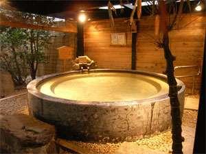 山中塗のお椀型露店風呂『黒湯』直径3.6M。10人で入ってもゆっくり♪