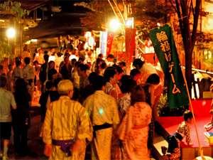 加賀料理と源泉かけ流しの宿 山中温泉 すゞや今日楼:縁日や夜店などがゆげ街道に立ち並びます。