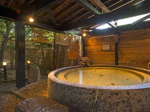 加賀料理と源泉かけ流しの宿 山中温泉 すゞや今日楼:黒湯の露天風呂は浴槽が2カ所ございます。山中塗りのお椀を模した大きなお椀風呂が特徴