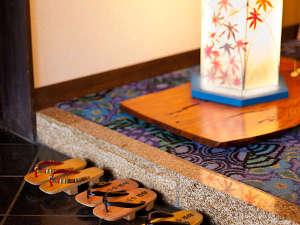 和紙の色合いが美しい玄関