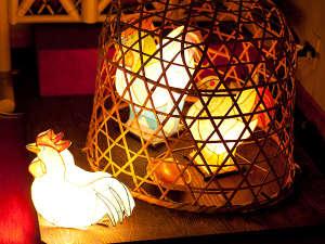 加賀料理と源泉かけ流しの宿 山中温泉 すゞや今日楼:館内いたるところに飾られる「和紙」のランプ。ひとつひとつがこだわりの手作り。