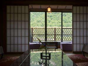 加賀料理と源泉かけ流しの宿 山中温泉 すゞや今日楼:美しい山並みを眺めたくなるお部屋。